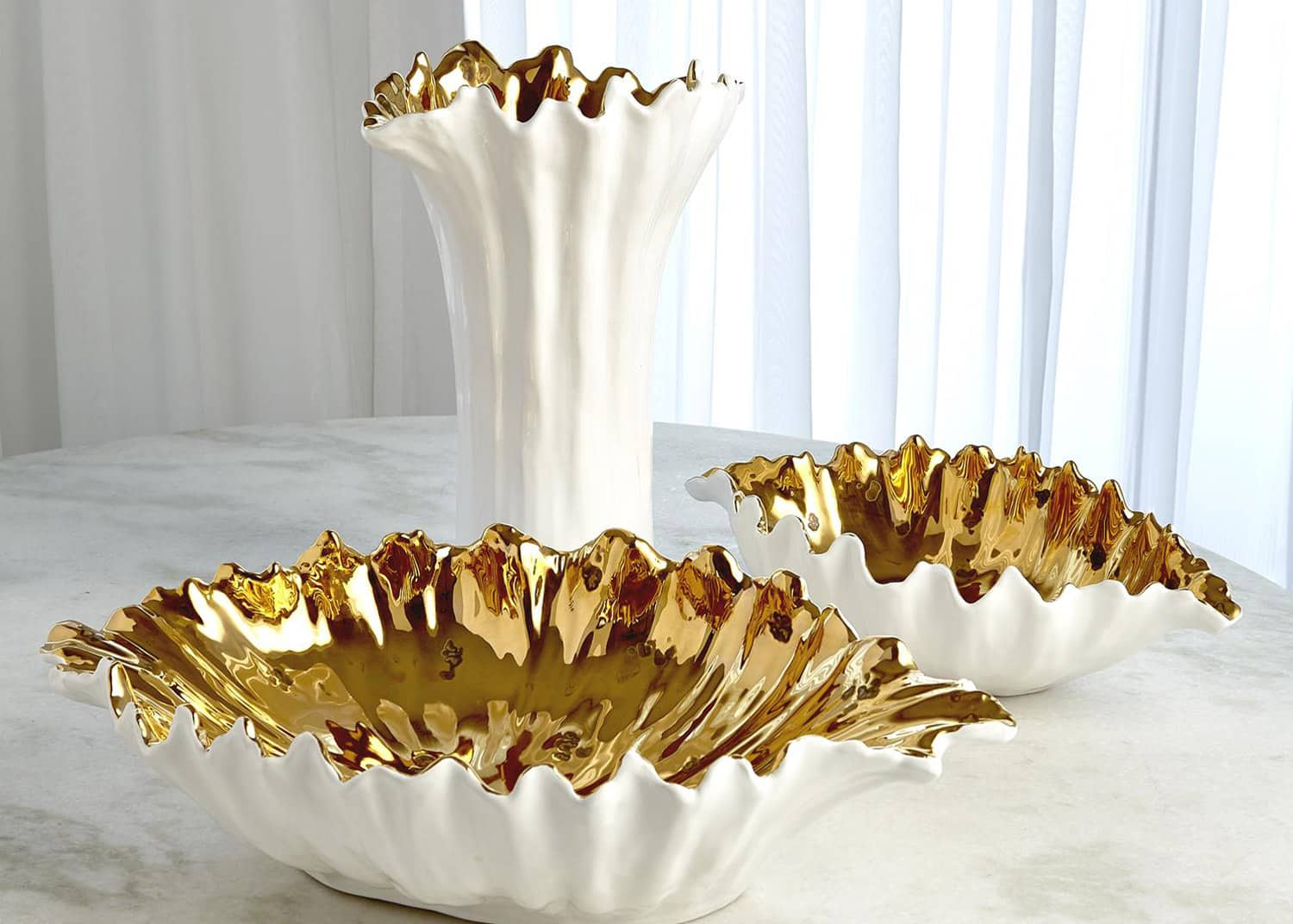 White and gold decorative bowls